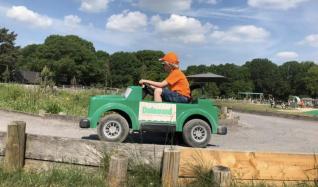 Miniracebaan met elektrische jeeps